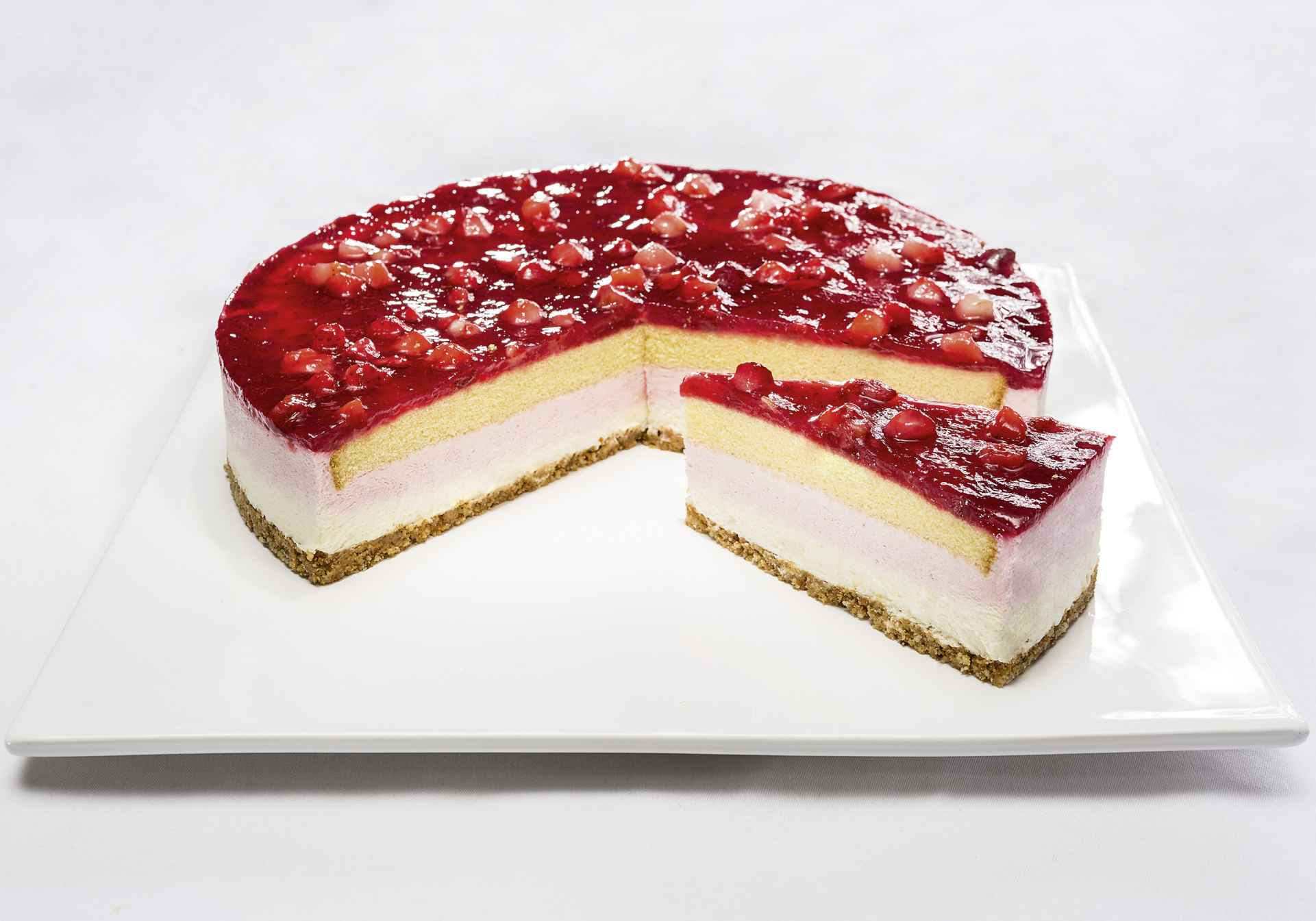 Cream cheese gateau with strawberries